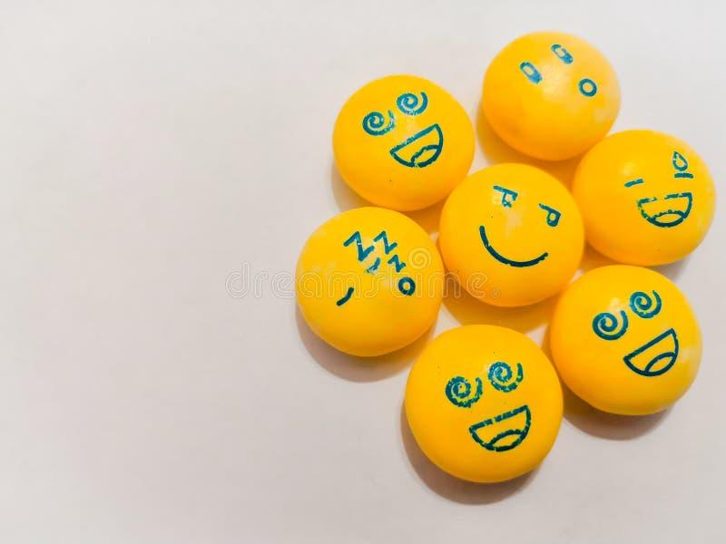 Durmiendo, sonrisas tristes, felices, emociones fotos de archivo libres de regalías