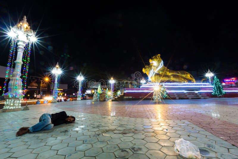Durmiente pobre en la tierra en la noche en Sihanoukville, pobreza adentro fotos de archivo libres de regalías