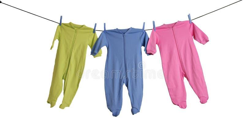 Durmientes del bebé en la cuerda para tender la ropa. imágenes de archivo libres de regalías