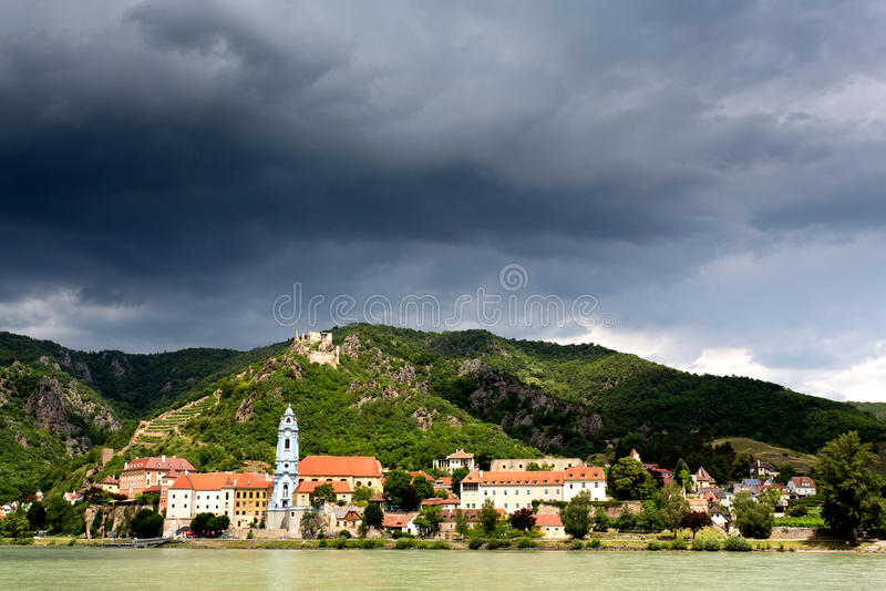 Durnstein kyrka Danube River i den Wachau dalen royaltyfri bild