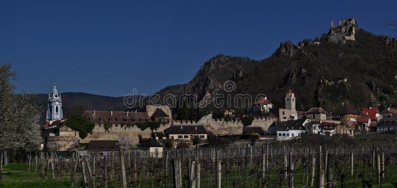 Durnstein på Danubet River i den pittoreska Wachau dalen arkivbild