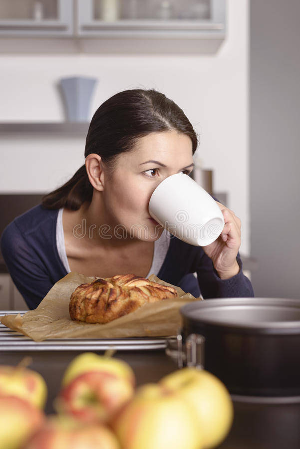 Durstiger Koch, der einen schnellen Becher Kaffee ergreift stockfotos
