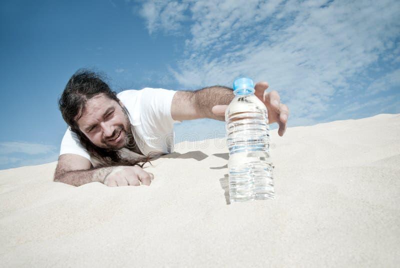 Durstiger Mann erreicht für eine Flasche Wasser lizenzfreies stockbild