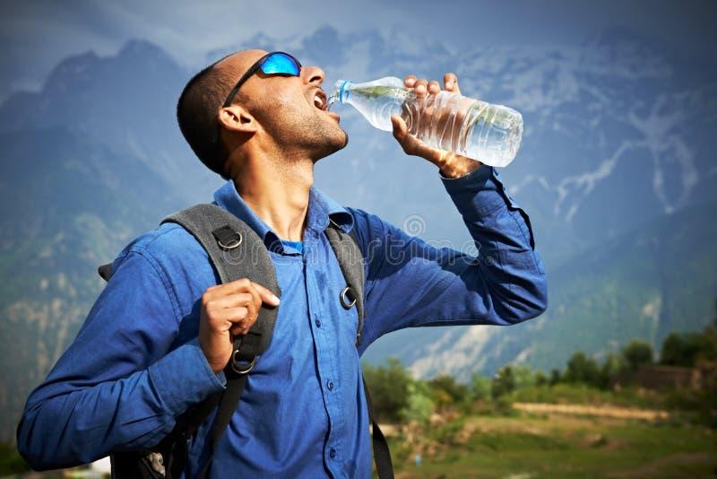 Durstiges touristisches Getränk ein Wasser stockbild