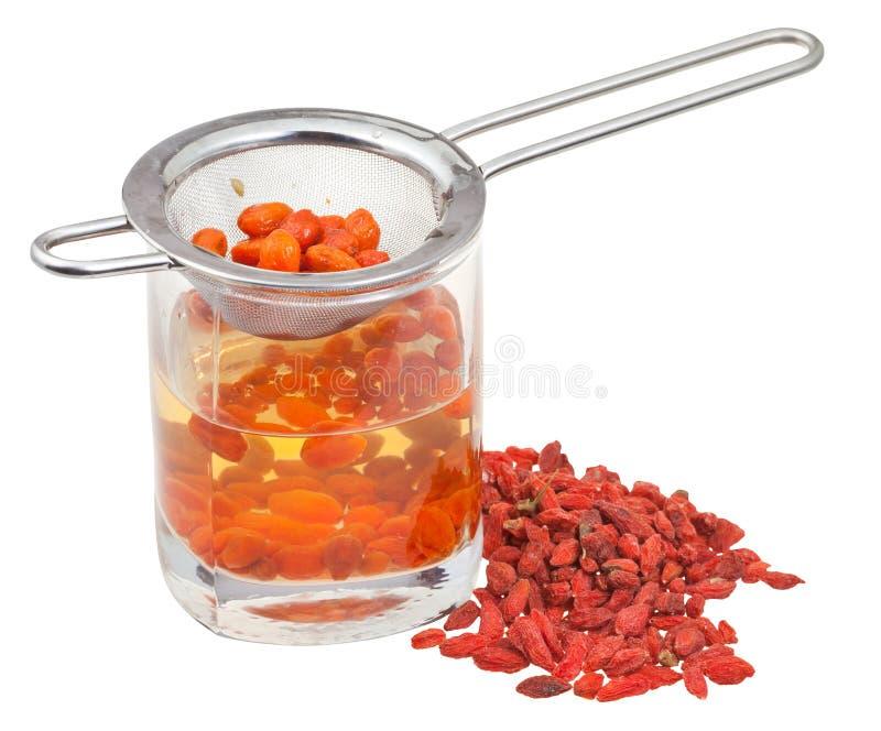 Durszlak w goji jagod tincture i wysuszonych owoc obraz stock