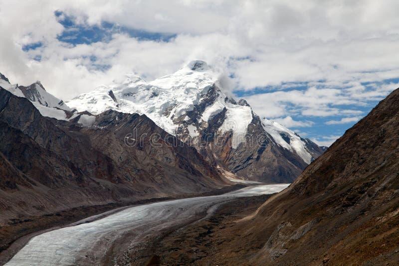 Durung Drung lodowiec blisko Pensja losu angeles przechodzi dalej Zanskar drogę - Wielki Himalajski pasmo - Zanskar, Ladakh, Indi fotografia stock