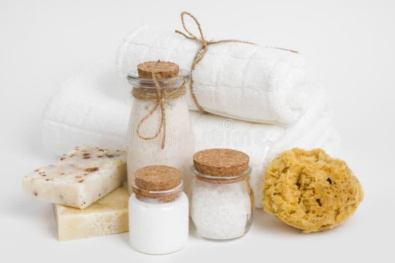 Dusch, badrum och bodycarehjälpmedel och tillbehör som isoleras på vit arkivfoton