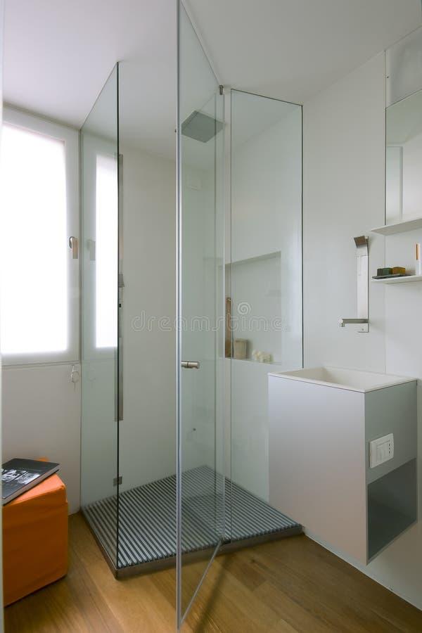 dusch för glass delning för cubicle arkivbild