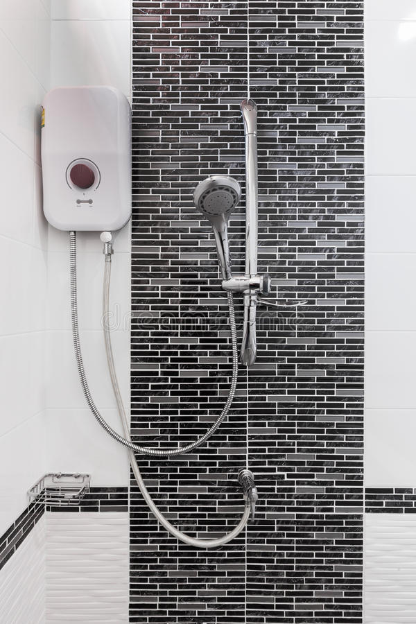Dusch- och vattenvärmeapparat i badrum royaltyfri foto