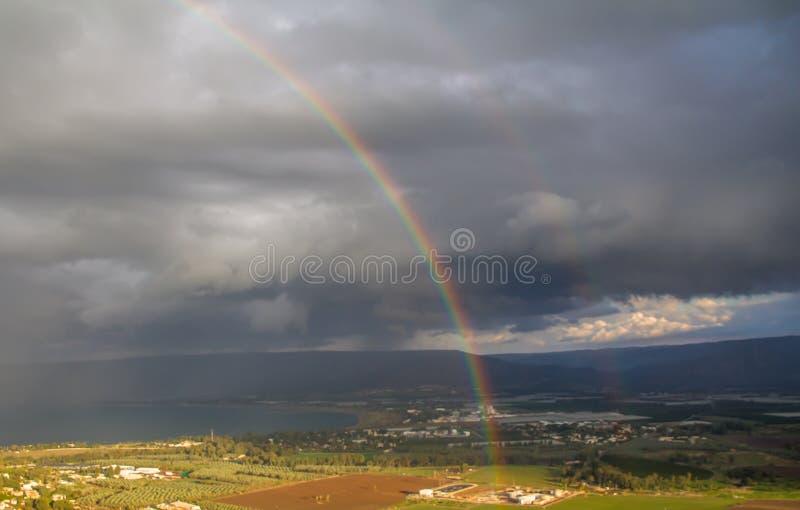 Duschar och regnbåge över havet av Galilee, Israel naturliga vattenkällor, på en vinterdag med dramatiskt landskap för regnmoln arkivfoto