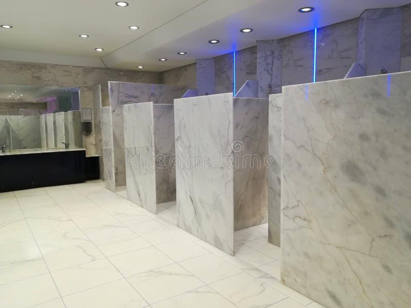 Duschar och toalett arkivbild