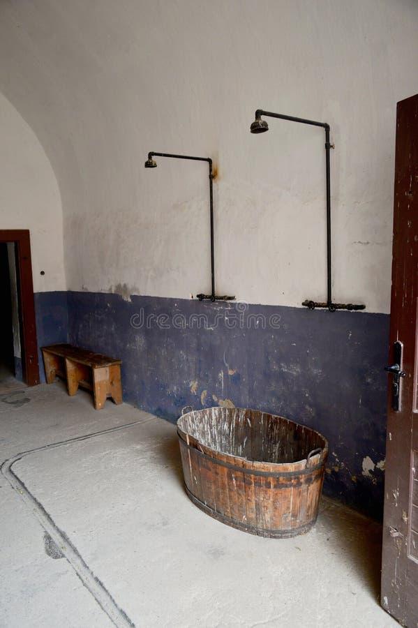 Duschar på den Terezin koncentrationslägerTjeckien royaltyfri bild