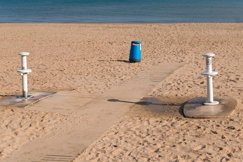 Duschar som tvättar din fot och som tar bort sanden på stranden arkivbilder