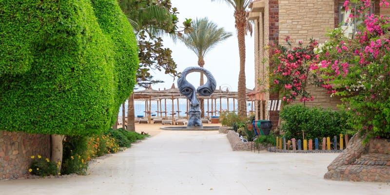 Dusche auf dem Strand in Form eines menschlichen Kopfes, ägyptisches Hotel Seemöwen-Strandurlaubsort lizenzfreie stockbilder