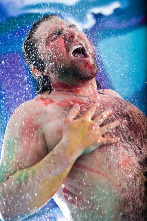 Duschen des Mannes lizenzfreies stockfoto