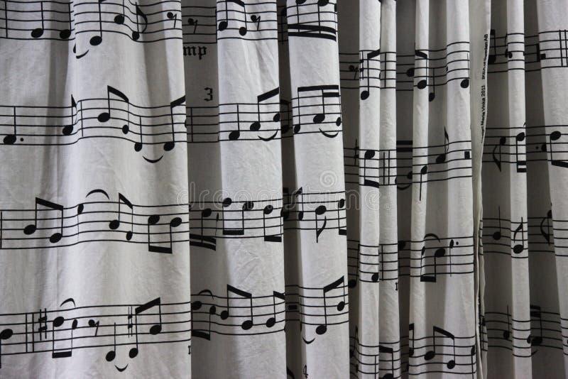 Duschgardin med ett ark för musikalisk ställning som skrivs ut på det arkivfoto