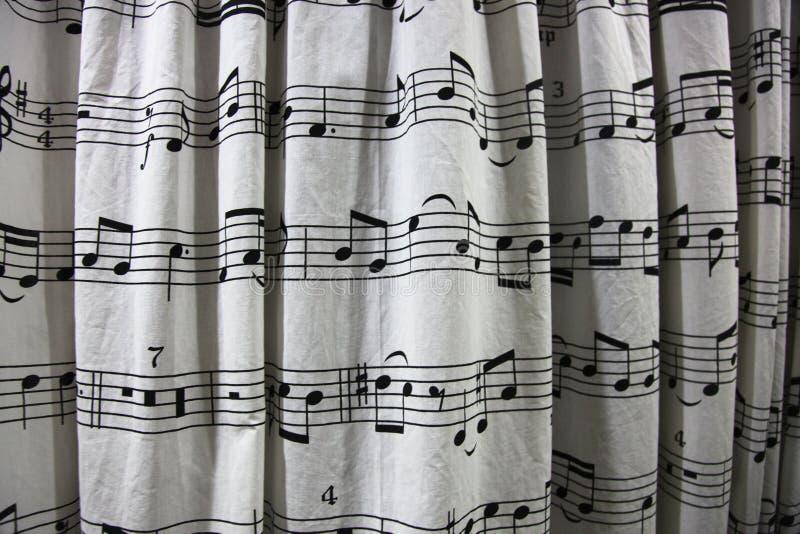 Duschgardin med ett ark för musikalisk ställning som skrivs ut på det fotografering för bildbyråer