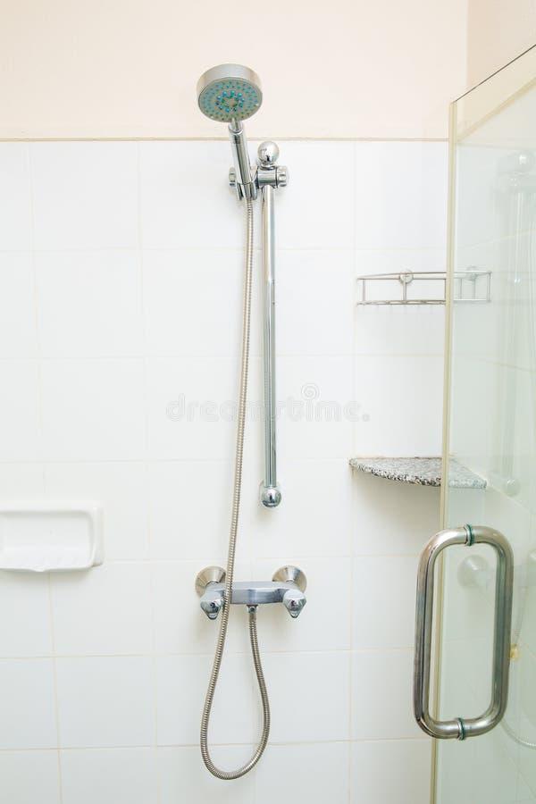 Duschhuvud i badrum arkivbild