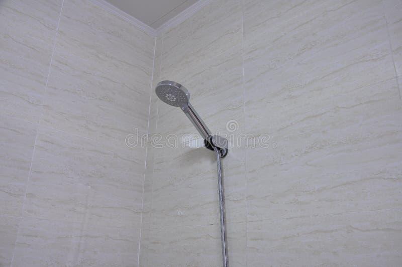 Duschköpfe befestigt an der Wand lizenzfreies stockfoto