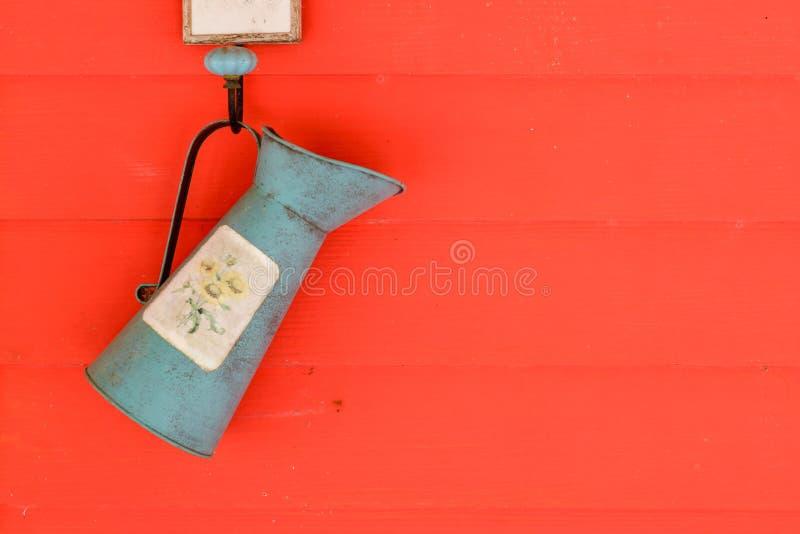 Duschwasserbaum im Bauernhoffall auf der Wand lizenzfreie stockbilder