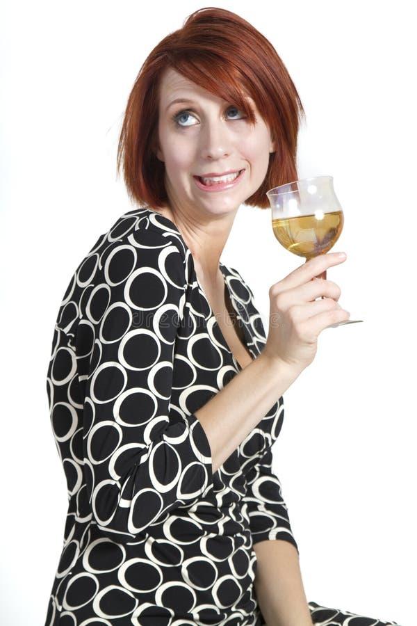 Duselige junge Frau, die Glas Wein hält stockfotos