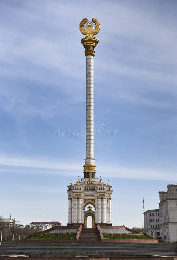 DUSHANBE, 15.2016 ΤΑΤΖΙΚΙΣΤΆΝ-ΜΑΡΤΙΟΥ: Στέλλα με το έμβλημα του Τατζικιστάν στο κέντρο της πόλης στοκ εικόνες με δικαίωμα ελεύθερης χρήσης