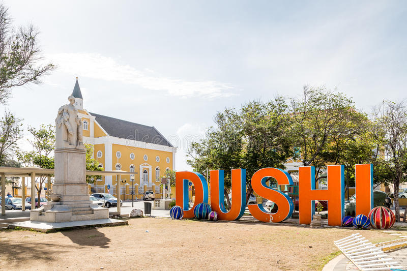 Dushi durch Statue und Kirche lizenzfreie stockfotografie