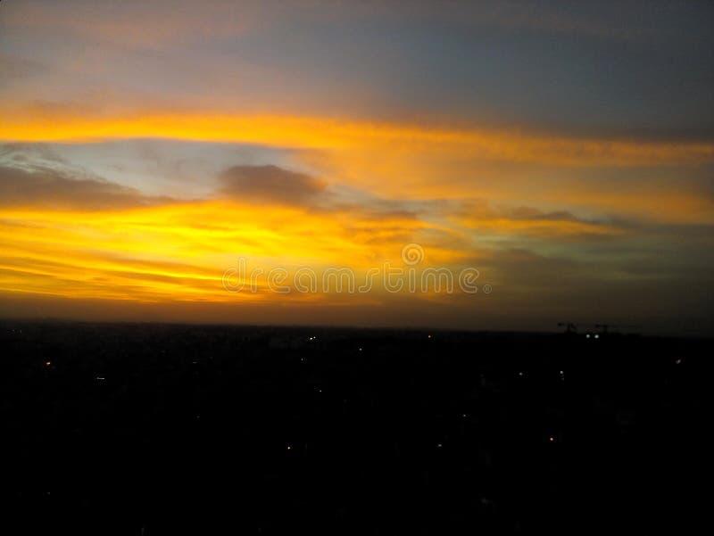 dusk Η πόλη ανάβει τον ορίζοντα στοκ εικόνες με δικαίωμα ελεύθερης χρήσης
