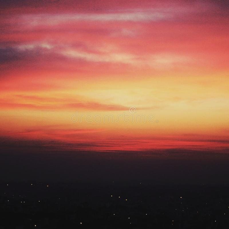 dusk Η πόλη ανάβει τον ορίζοντα στοκ φωτογραφία με δικαίωμα ελεύθερης χρήσης