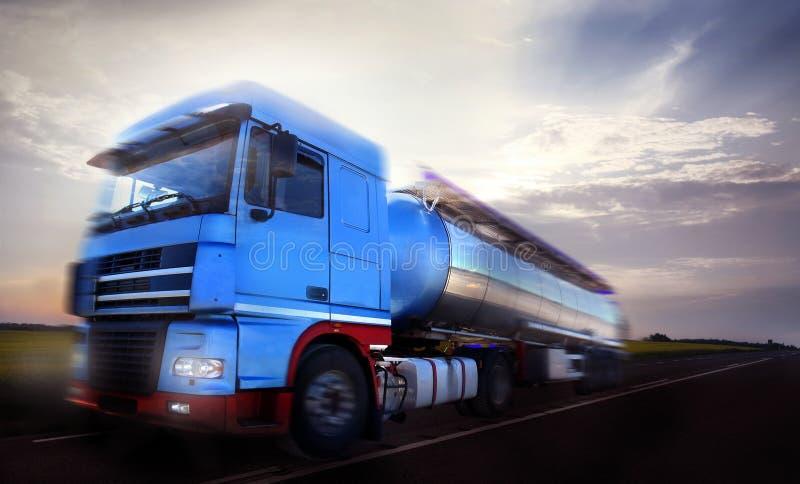 dusk θαμπάδων οδηγώντας truck κινή&sigm στοκ εικόνες