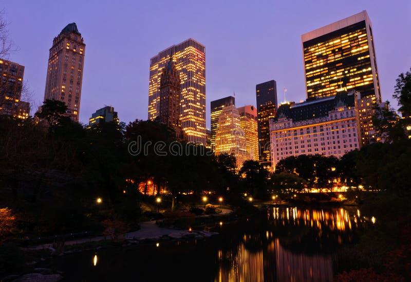 dusk κεντρικών πόλεων νέο πάρκο  στοκ εικόνα με δικαίωμα ελεύθερης χρήσης