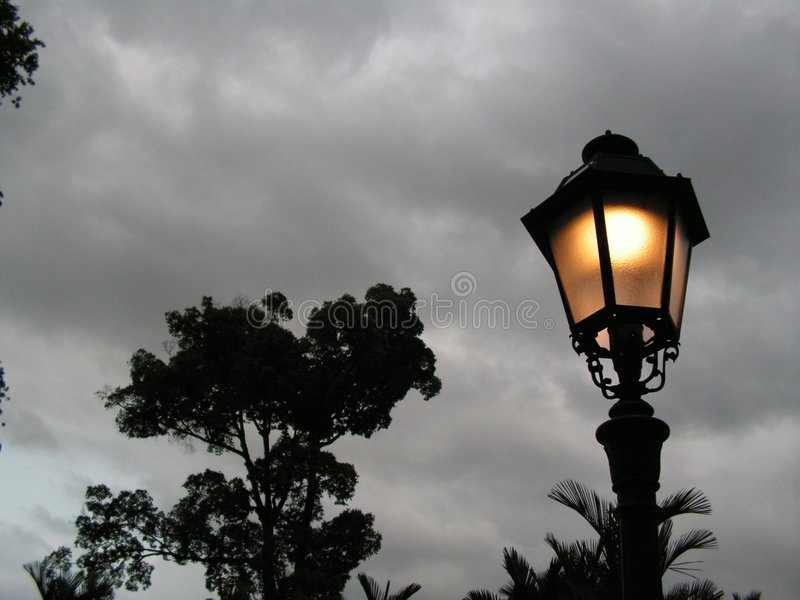 dusk οδός λαμπτήρων στοκ εικόνα