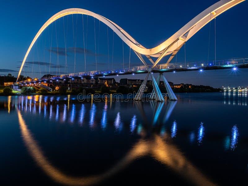 Dusk au Infinity Bridge, Stockton sur Tees Angleterre image stock