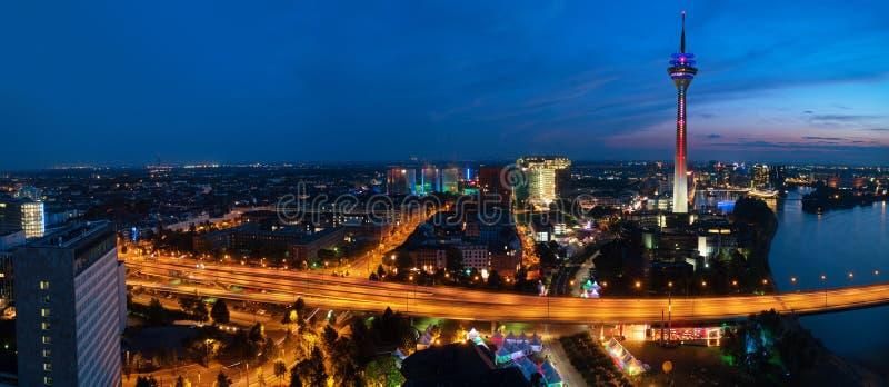 Dusseldorf alla notte fotografia stock libera da diritti