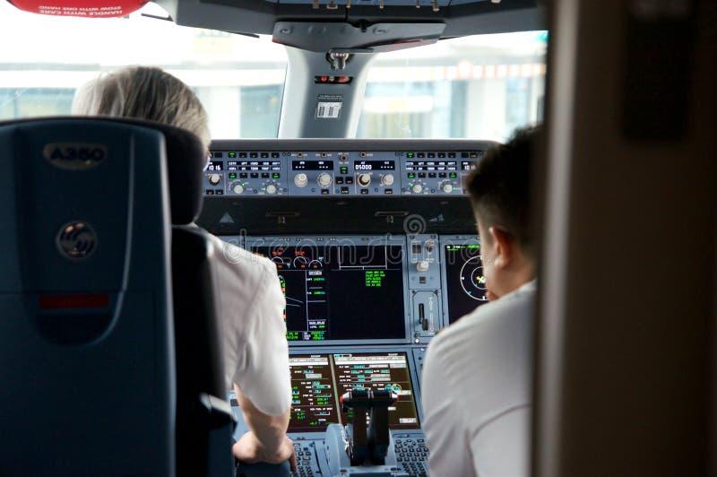 DUSSELDORF - 22 de julho de 2016: Voo inaugural da cabina do piloto de Singapore Airlines Airbus A350 imagens de stock royalty free