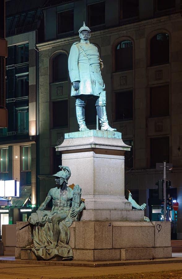 Dusseldorf, Denkmal zu Otto von Bismarck in der Nacht stockbild