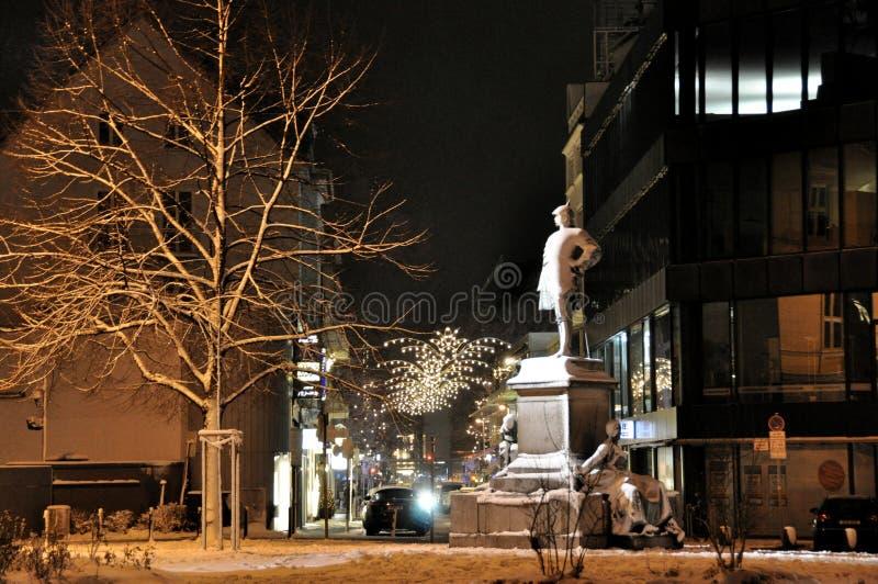 Dusseldorf, Denkmal zu Otto von Bismarck in der Nacht stockfotografie