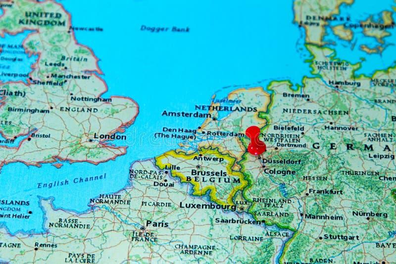 Dusseldorf, Deutschland steckte auf eine Karte von Europa fest stockfotos