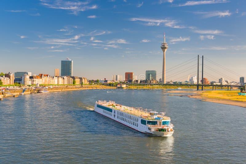 Dusseldorf in een zonnige de zomerdag stock foto's