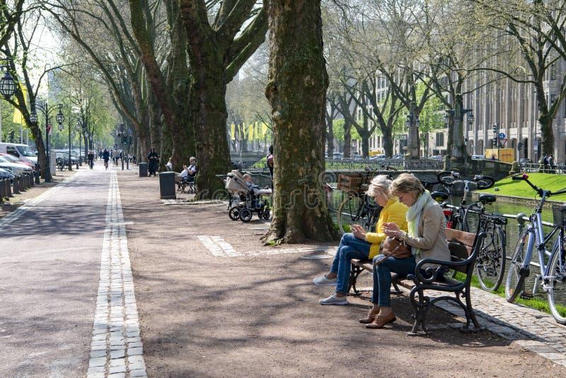 Dusseldorf - het straatleven op boulevard Koenigsallee naast Dich stock fotografie