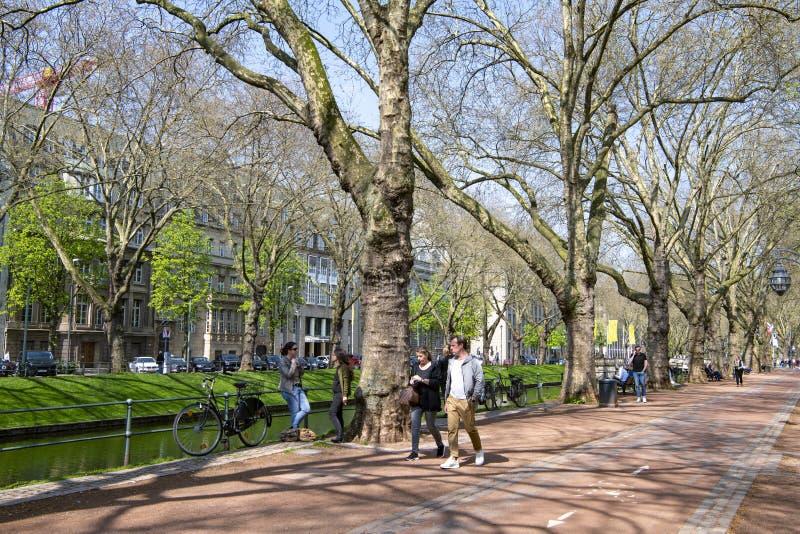 Dusseldorf - het straatleven op boulevard Koenigsallee naast Dich royalty-vrije stock fotografie