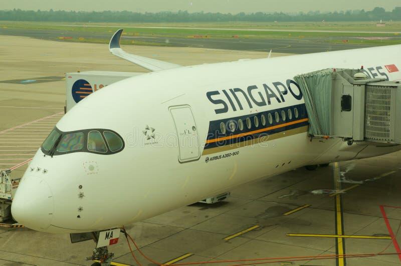 DUSSELDORF - 22 juillet 2016 : Vol inaugural de Singapore Airlines Airbus A350 photo stock