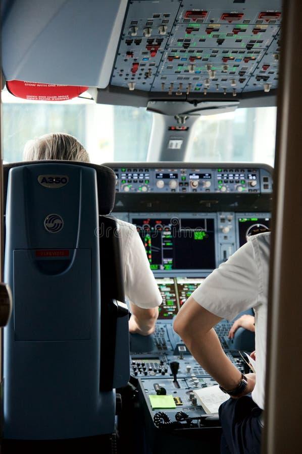 DUSSELDORF - 22nd JULI 2016: Flyg för öppningsanförande för cockpit för Singapore Airlines flygbuss A350 arkivbild