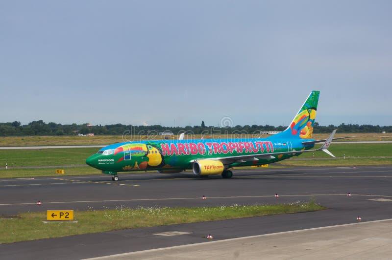 DUSSELDORF - 22nd JULI 2016: Flygplats - det färgrika flygplanet åker taxi för tar av arkivbilder