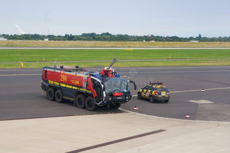DUSSELDORF - 22nd JULI 2016: Honnör för kanon för vatten för flyg för Singapore Airlines flygbuss A350 öppnings- royaltyfri foto