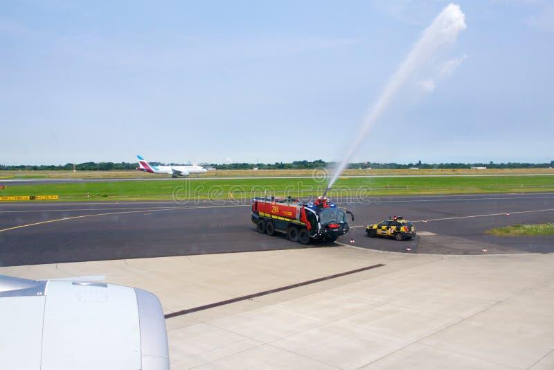 DUSSELDORF - 22nd JULI 2016: Honnör för kanon för vatten för flyg för Singapore Airlines flygbuss A350 öppnings- royaltyfria bilder