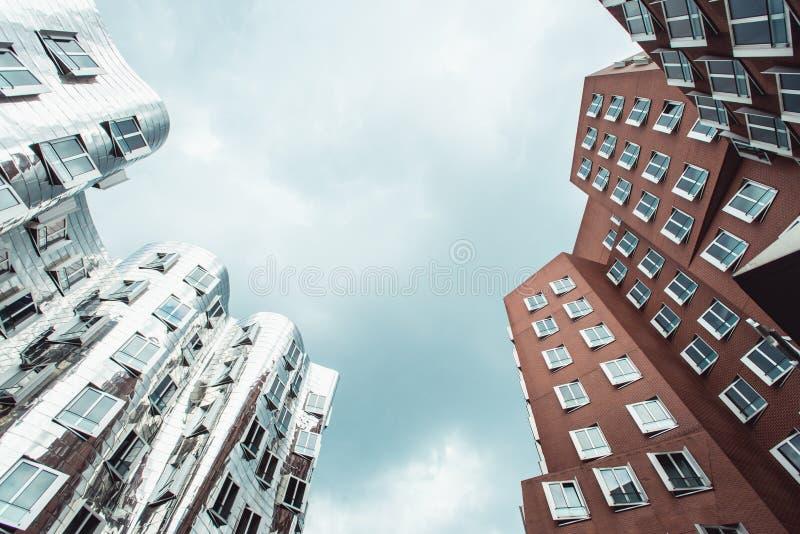 DUSSELDORF NIEMCY, Czerwiec, -, 2017: budynki Neuer Zollhof kompleks projektujący Frank Gehry architektami obraz stock