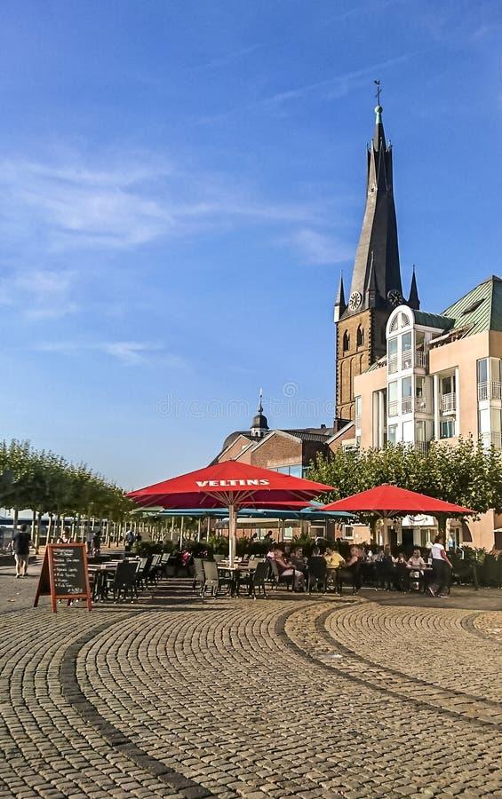 Dusseldorf Niemcy, Lipiec, - 27, 2018: Czerep miasto blisko Rhine deptaka Bazylika Świątobliwy Lambert obraz royalty free