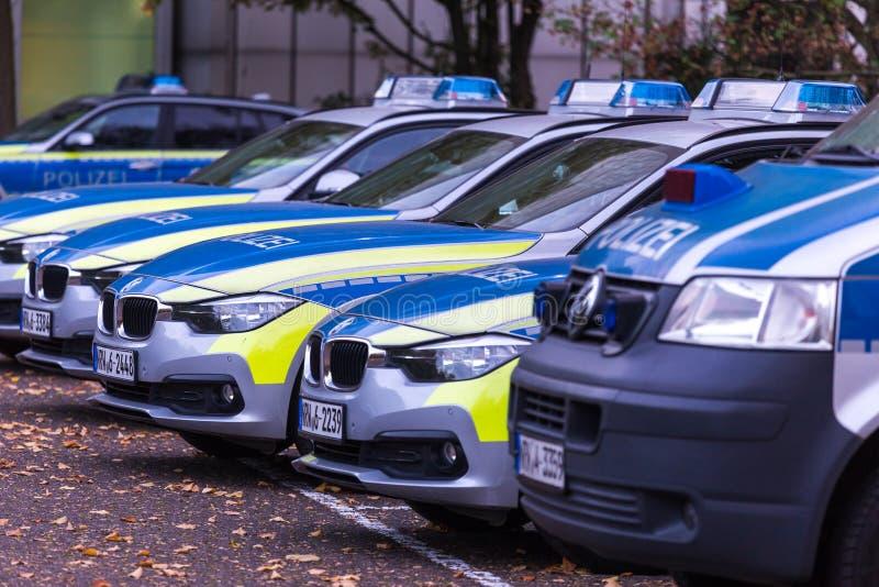Dusseldorf, Noordrijn-Westfalen/Duitsland - 12 10 18: Duitse politiewagenrij in Dusseldorf Duitsland royalty-vrije stock foto's
