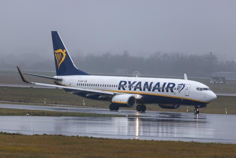 Dusseldorf, nrw/Allemagne - 11 01 19 : avion de Ryanair à l'aéroport Allemagne de Dusseldorf sous la pluie image libre de droits